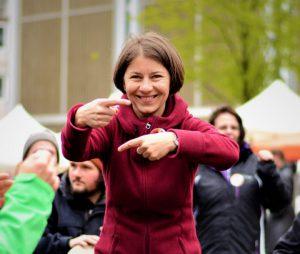 Helga Reihl lädt zum Weiterspielen ein