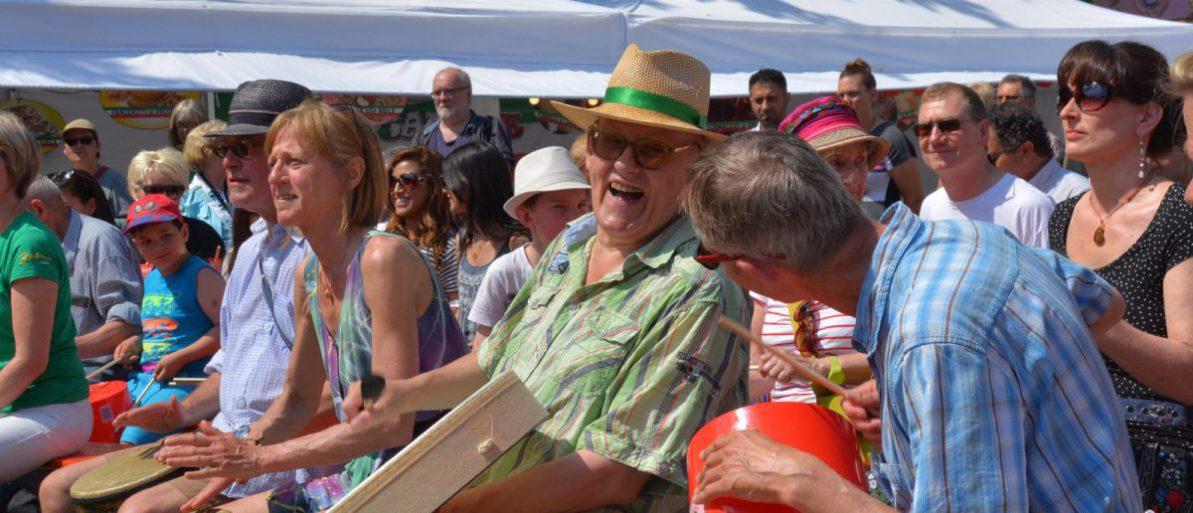 Lachende Gesichter beim Drum Circle zum Geburtstag des musikum e.V.