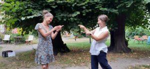 Birte Bernstein und Helga Reihl im Lindenkreis des Aegidienhofes in Lübeck